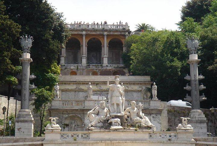 La mostra dell'Acqua Vergine vista da Piazza del Popolo.