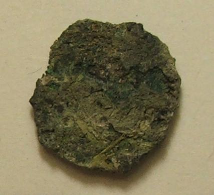 """Moneta con tracce tessuto (""""Tesoretto"""" del Vicus Caprarius)"""